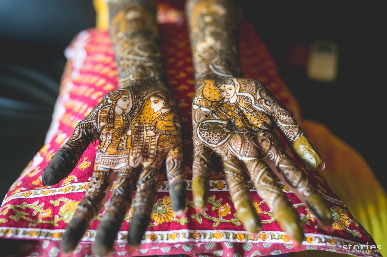 Intricate mehendi design for bride varmala jaimaal scene Mumbai wedding Shonan & Adesh | thedelhibride Indian wedding blog