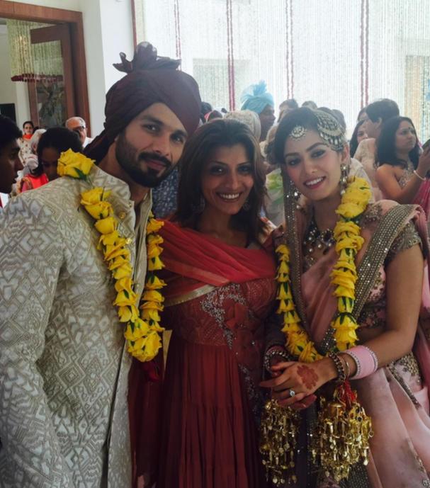 Shahid Kapoor & Mira Rajput Kapoor wedding reception in Delhi | cute yellow light jaimaal with pastel pink lehenga | pink chooda | 20 lakh engagement solitaire